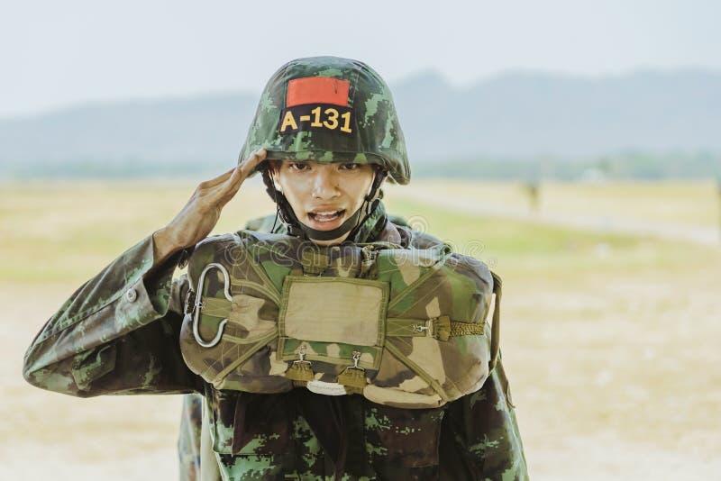 LOPBURI ΤΑΪΛΑΝΔΗ, ΣΤΙΣ 24 ΜΑΡΤΊΟΥ 2019: Κατάρτιση μαθητών στρατιωτικής σχολής για να ρίξει με αλεξίπτωτο στη ζώνη πτώσης Tha Duea στοκ εικόνες με δικαίωμα ελεύθερης χρήσης