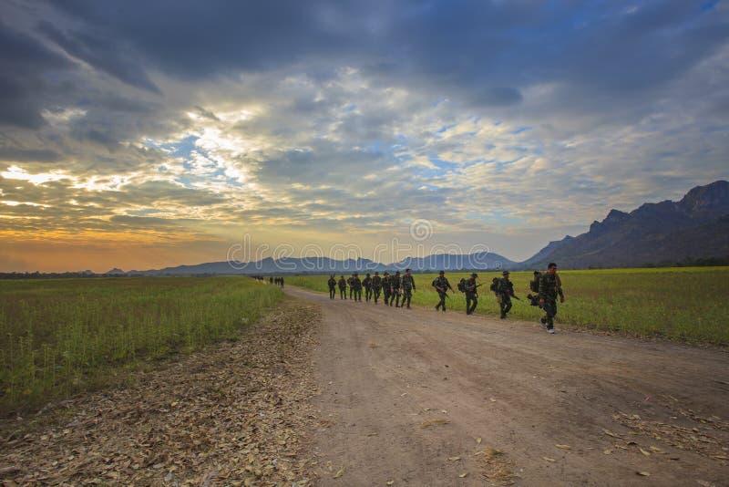 LOPBURI TAILANDIA 25 de diciembre: práctica tailandesa del soldado del ejército a la gama larga fotos de archivo libres de regalías