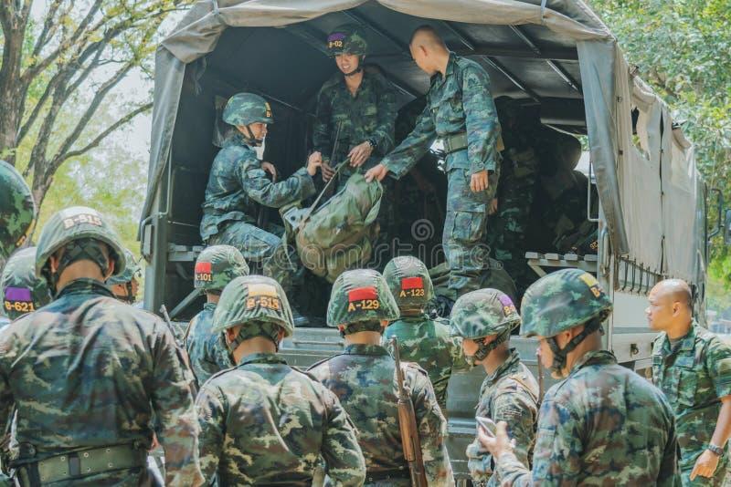 LOPBURI TAILANDIA, EL 23 DE MARZO DE 2019: Los cadetes tailandeses no identificados son militares móviles de la mochila al camión fotos de archivo