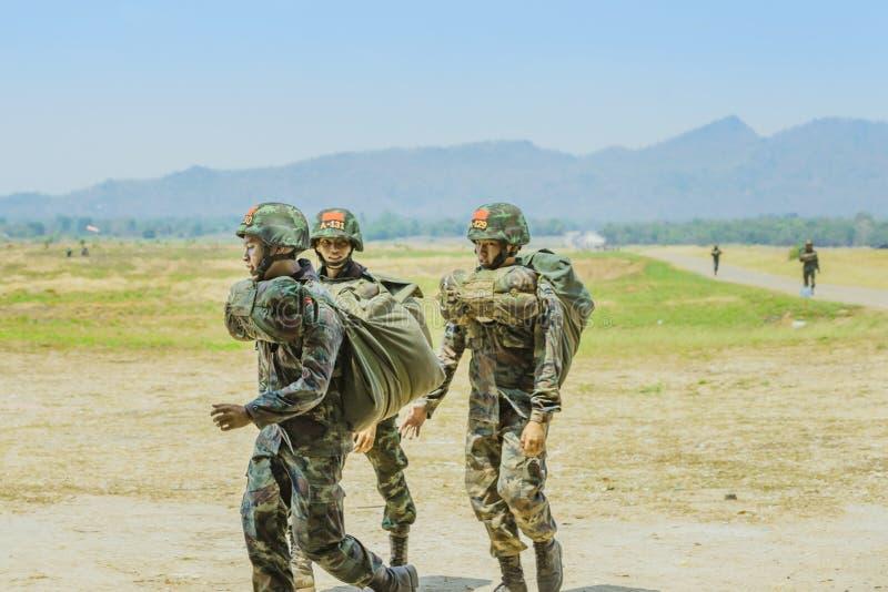 LOPBURI THAILAND, AM 24. MÄRZ 2019: Kadetttraining für das Fallschirmspringen an Abstiegszone 24,2019 Verbot Tha Duea im März stockfoto