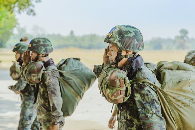 LOPBURI THAILAND, AM 24. MÄRZ 2019: Kadetttraining für das Fallschirmspringen an Abstiegszone Verbot Tha Duea lizenzfreies stockfoto