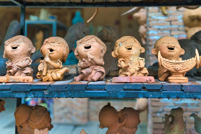 Lopburi, Thailand - 2 november 2019: Gemenskapens marknad för Ban Din mot Daeng Lera statyer för barn som spelar thailändska musi royaltyfria bilder