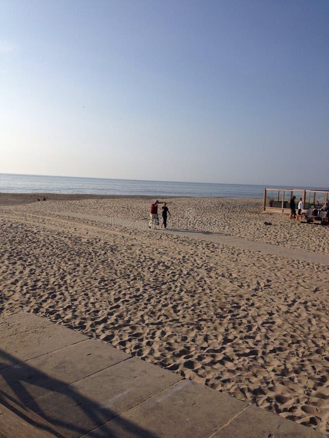 Lopen op het strand van Texel royalty free stock photo