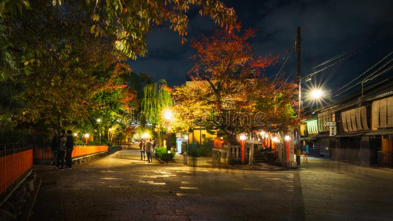 Lopend bij nacht op de traditionele straten in Gion, Kyoto, Japan stock foto's