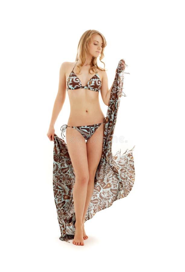 Lopend bikinimeisje met sarongen stock fotografie