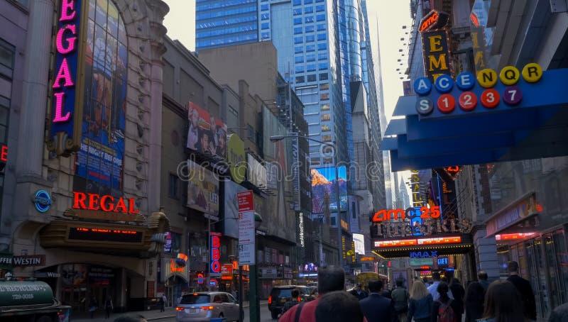 Lopend door de straten van New York, Manhattan Het leven van New York in de middag Straten en stadsgebouwen royalty-vrije stock foto
