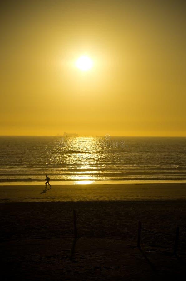 Lopend op het strand van Agadir, Marokko stock foto's