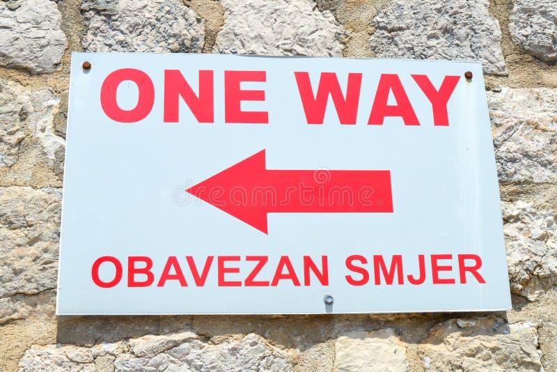 Lopend op muren van stad Dubrovnik op 18 Juni, 2019 royalty-vrije stock foto