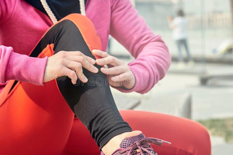 Lopend probleem voor atleet in openlucht opleiding De knieverwonding van de agentsport Spier van het atleten de lopende clutching stock foto's