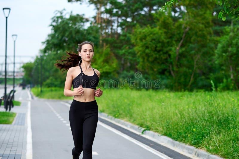Lopende Aziatische vrouw op renbaan Ochtendjogging De atleet opleiding royalty-vrije stock afbeeldingen