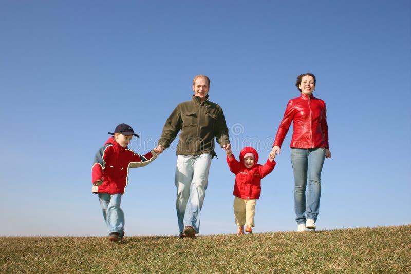 Lopende familie van vier stock afbeelding