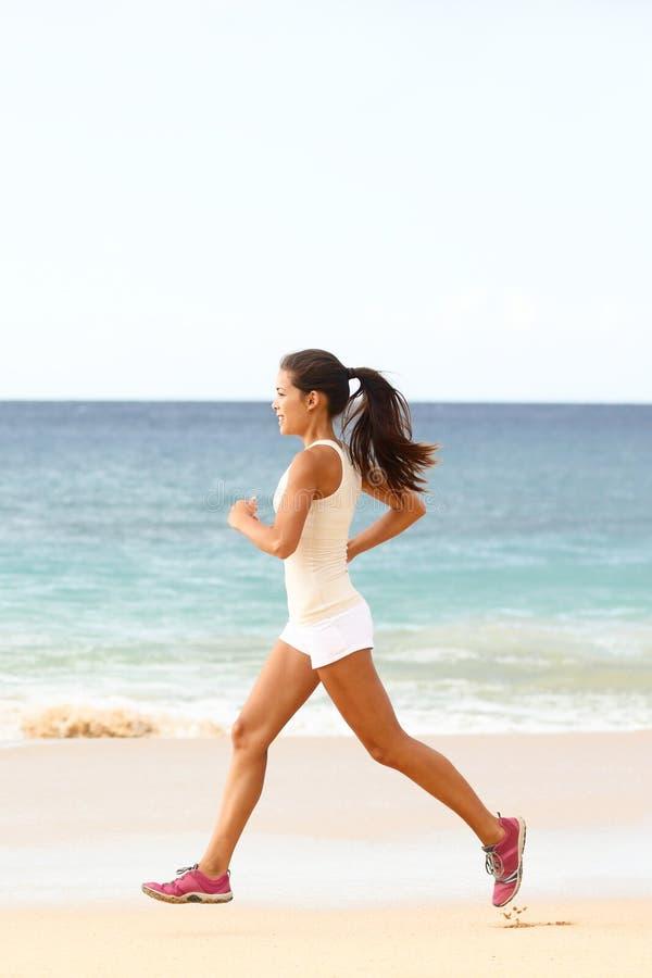 Lopende fitness jonge vrouw op de sport van de strandjogging royalty-vrije stock afbeeldingen