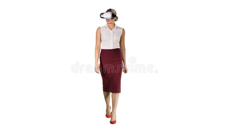 Lopende jonge vrouw die vr glazen op witte achtergrond gebruiken stock afbeelding