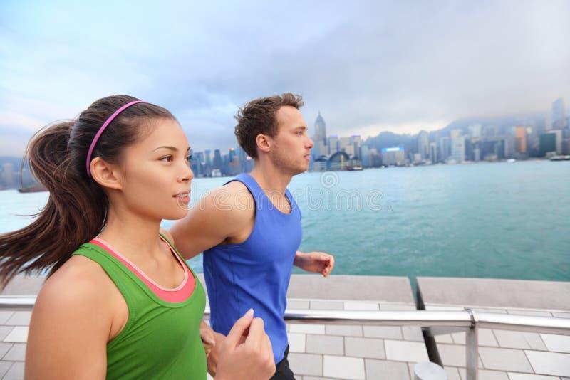 Lopende jongeren die in Hong Kong-stad aanstoten royalty-vrije stock afbeeldingen