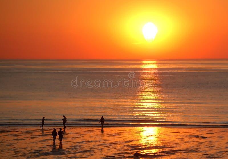 Lopende mensen in de zonsondergang stock afbeeldingen