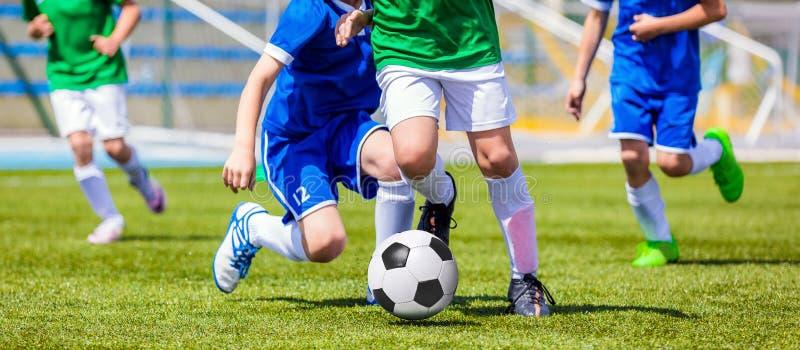Lopende Voetbalvoetbalsters Voetballers die Voetbalwedstrijd schoppen
