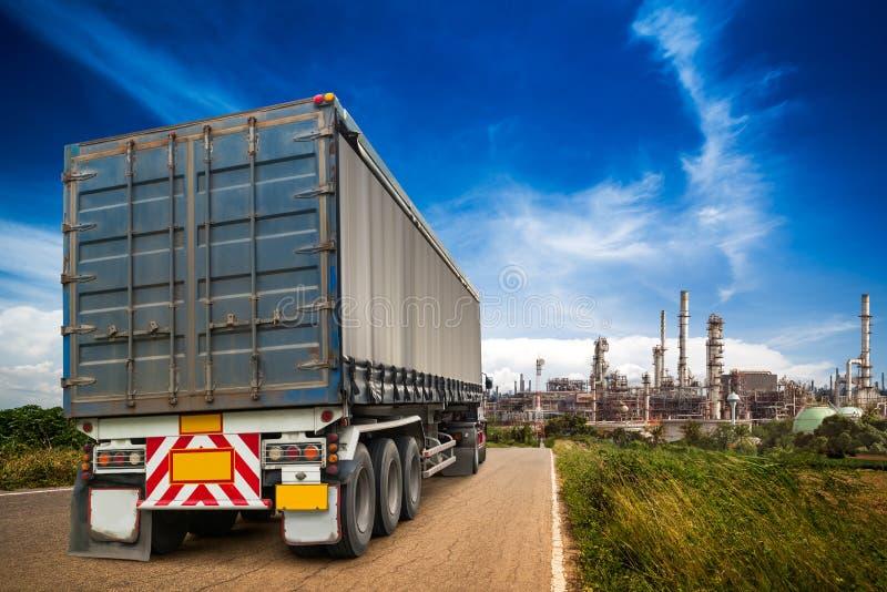 Lopende vrachtwagen op de weg royalty-vrije stock afbeeldingen
