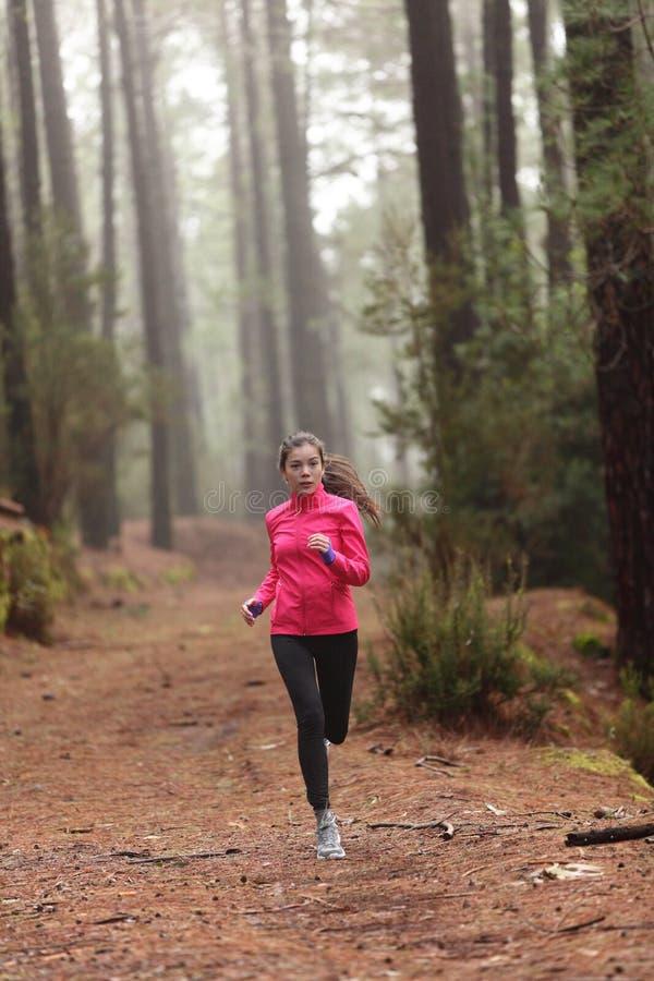 Lopende vrouw in boshout opleiding stock fotografie