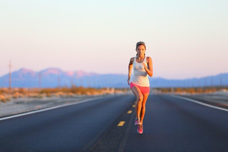 Lopende vrouw die op wegweg sprinten stock afbeelding