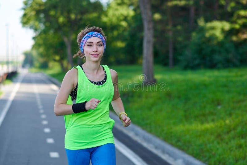 Lopende Vrouw op renbaan tijdens opleidingssessie Het vrouwelijke agent praktizeren op het spoor van het atletiekras royalty-vrije stock foto