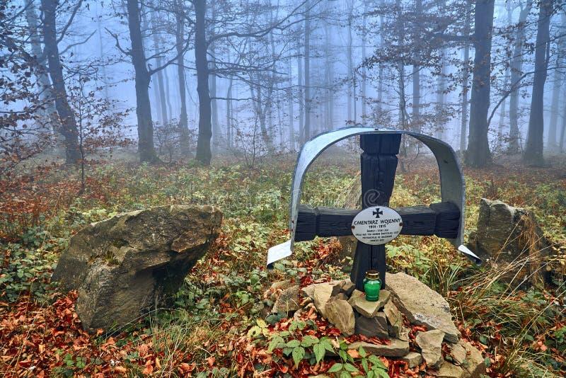LOPIENKA, POLEN - NOVEMBER 03, 2018: Ett monument i skogen för offren för första världskriget i Bieszczadambergen (Polen) arkivbilder