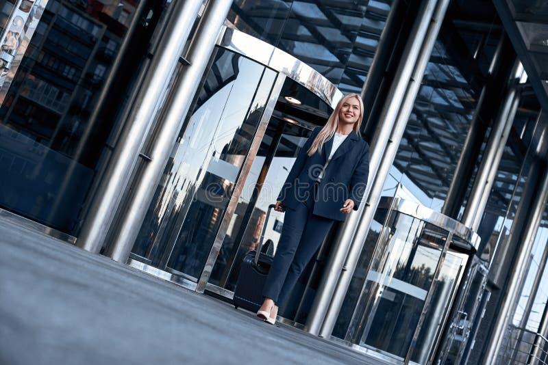 Lopp affärstur Affärskvinna som går ut ur flygplats royaltyfria foton