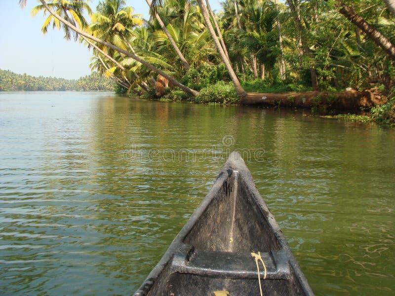 Lopp av lantliga Indien vid floden arkivbilder