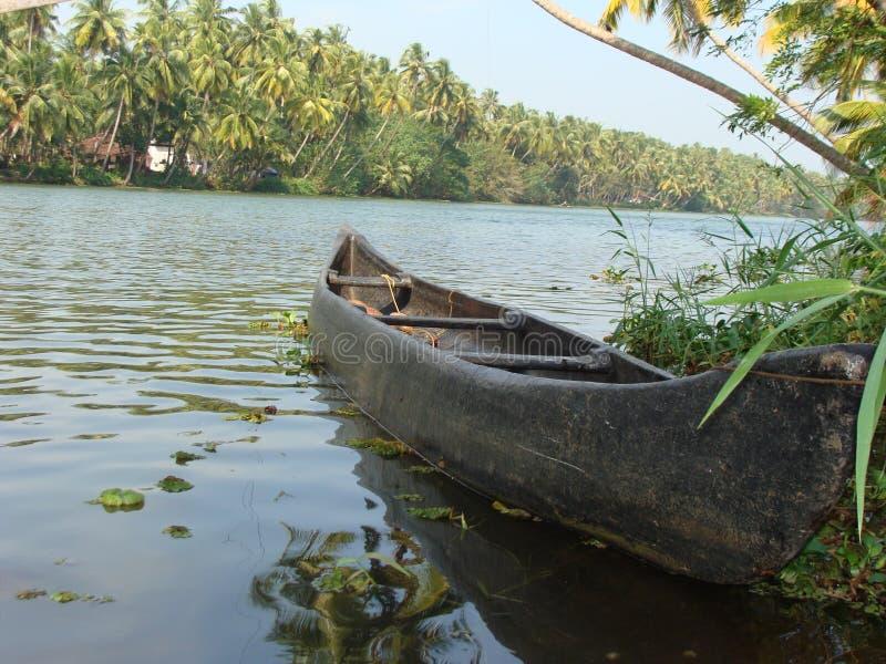 Lopp av lantliga Indien vid floden royaltyfri fotografi