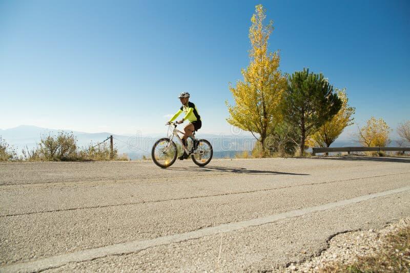 Lopp för cykel för cyklistioannina stad i den stigande morgonen royaltyfri fotografi