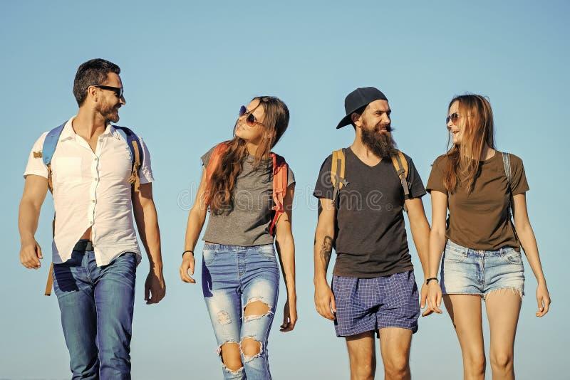 Lopp för livsstilreslustsemester som fotvandrar lyckliga vänner på blå himmel, reslust arkivbilder