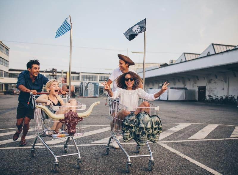 Lopp för shoppingvagn i parkeringsplats fotografering för bildbyråer