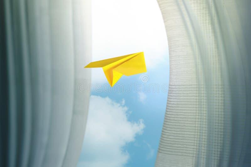 Lopp-, frihets- och fantasibegrepp Flyga för pappers- flygplan stock illustrationer