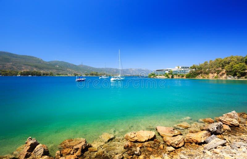 Lopp Grekland Spektakulär sikt på en av de mest härliga stränderna i den Poros ön f?r england f?r d?ck f?r dag f?r strandbrighton royaltyfri foto