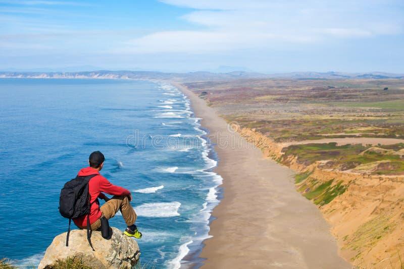 Lopp i punkt Reyes National Seashore, manfotvandrare med ryggsäcken som tycker om sikten, Kalifornien, USA royaltyfri bild