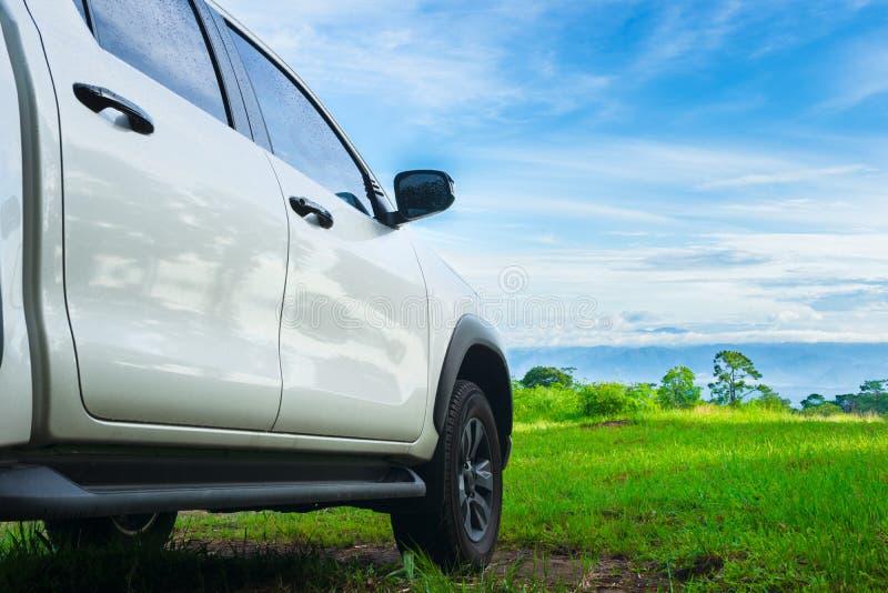 Lopp med bilen Frihetsbillopp i feriebakgrundsbegrepp med den gröna naturen och ljus blå himmel Lopp med uppsamlingsbilen royaltyfri bild