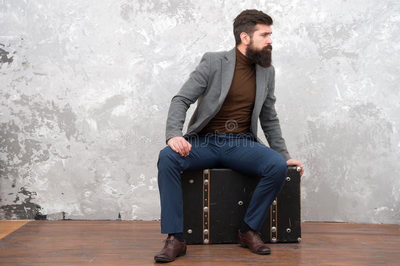 Lopp och bagagebegrepp Hipsterhandelsresande med bagage Ordna till för förflyttning med bagage Startresa På väg till royaltyfri foto