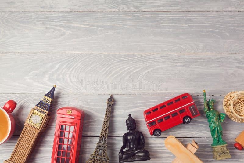 Lopp- och turismbakgrund med souvenir från hela världen ovanför sikt arkivfoto