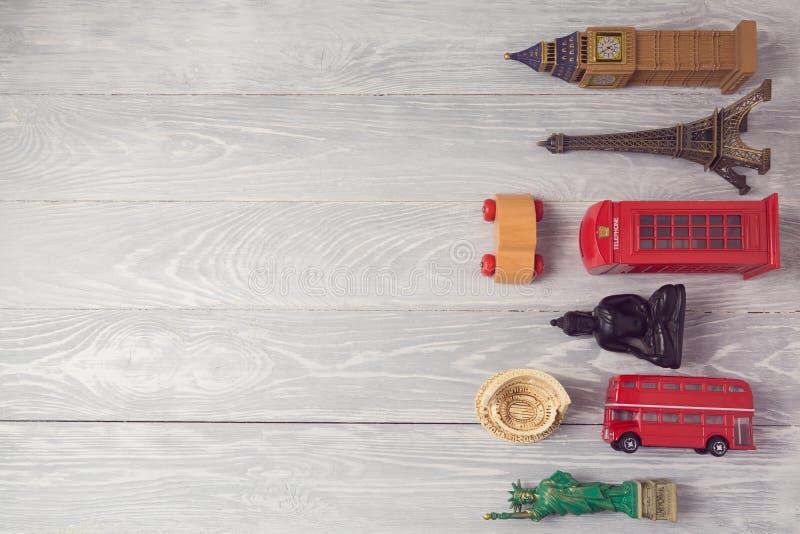 Lopp- och turismbakgrund med souvenir från hela världen ovanför sikt royaltyfri fotografi