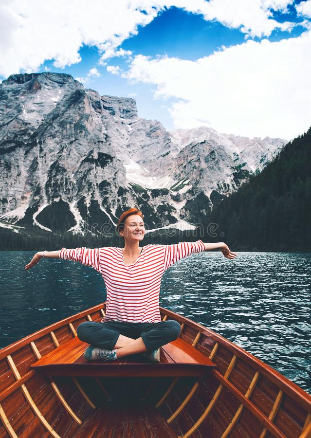 Lopp på Braies Sjö Lago Di Braies i Dolomites, Italien, Europa royaltyfri bild