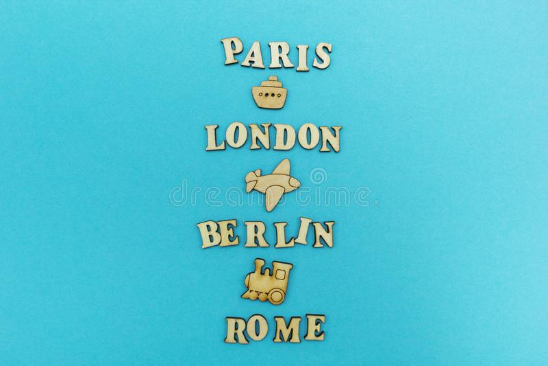Lopp runt om världen, namnen av städer: 'Paris, London, Berlin, Rome 'på en blå bakgrund Trädiagram av ett flygplan, royaltyfri foto