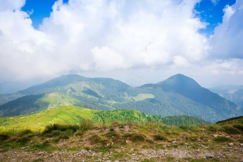 Lopp som trekking, natur Majestätiska höga gröna berg Horisontal inrama royaltyfria foton