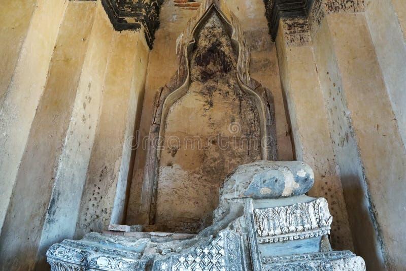 Lopp Thailand - Buddhastaty i Wat Chaiwatthanaram på bakgrund för blå himmel och moln royaltyfria foton