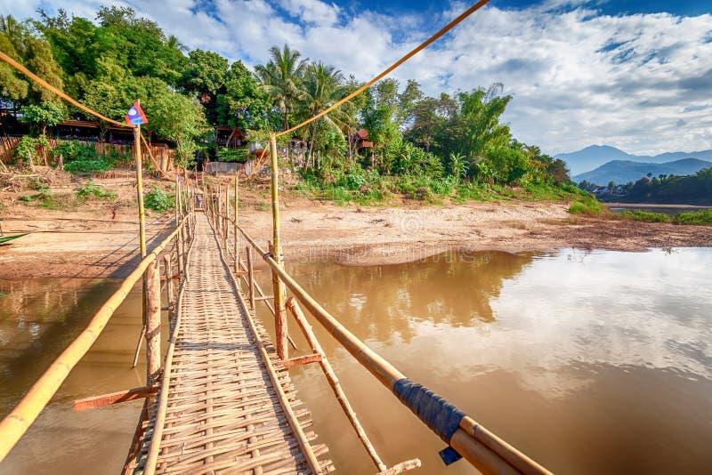 Lopp till Laos, South East Asia, sikt av den berömda asiatet Mekong River och bambubron Härligt landskap och populärt lopp arkivbild