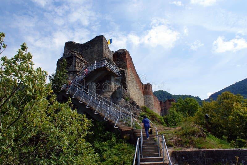 Lopp till Rumänien: Fördärvar av den Poienari fästningen arkivfoto
