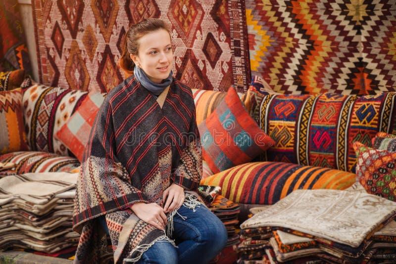 Lopp till Turkiet Kvinnan ser på den traditionella turkiska textilen arkivbild