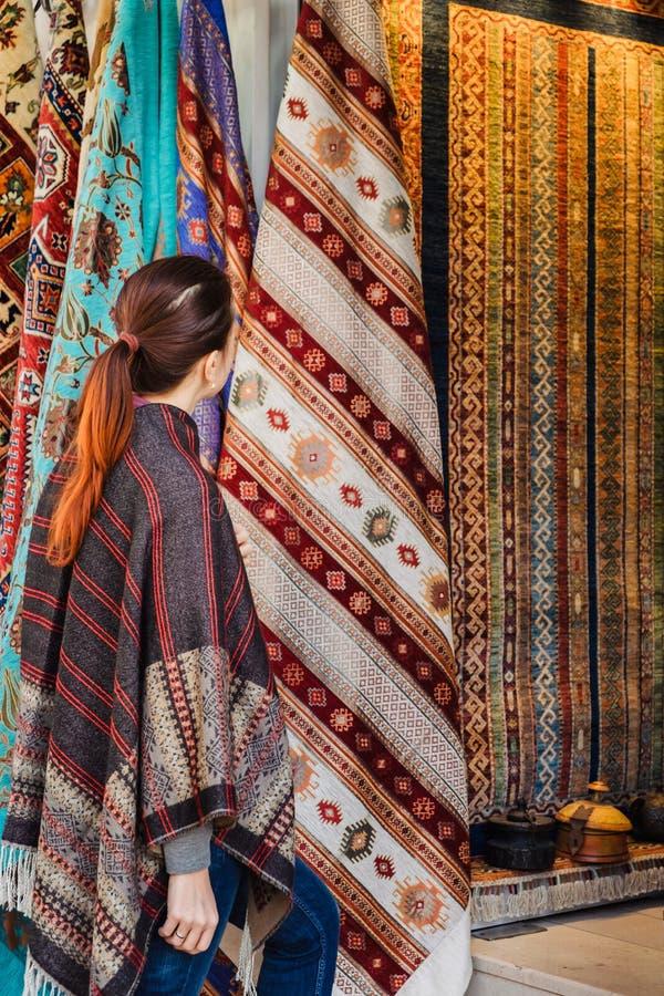 Lopp till Turkiet Kvinnan ser på den traditionella turkiska textilen arkivfoto