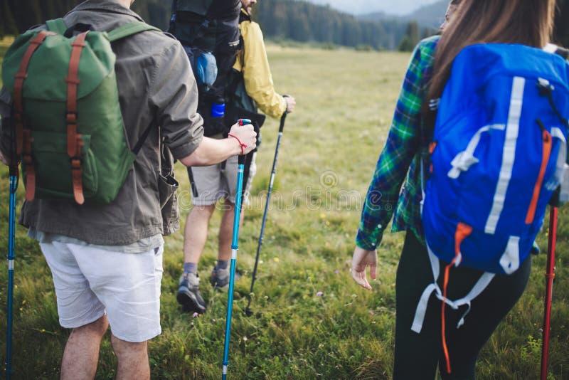 Lopp-, turism-, vandring-, gest- och folkbegrepp - grupp av att le vänner med ryggsäckar fotografering för bildbyråer