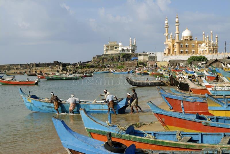 Lopp-Vizhinjamfiskeport och moské arkivbilder