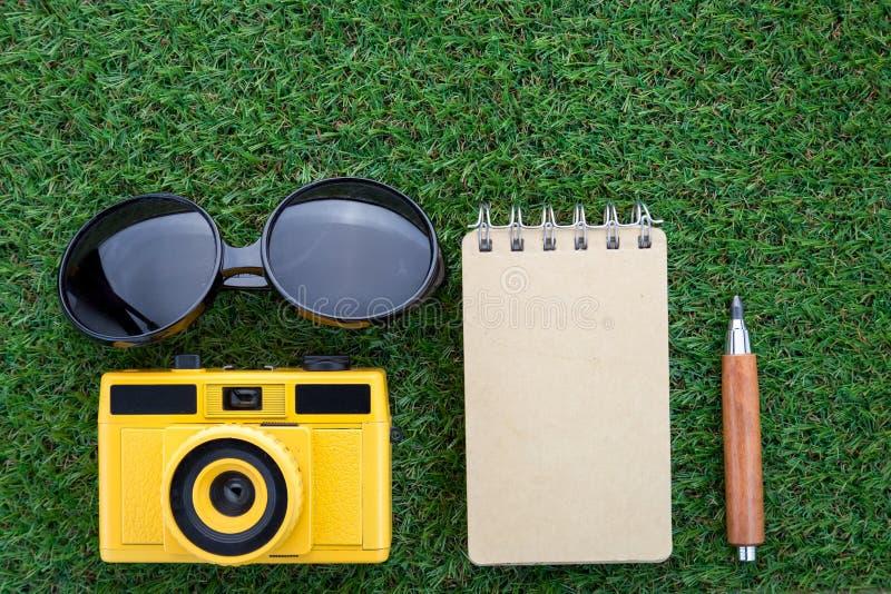 Loppbegrepp med kameran för anteckningsbok för solexponeringsglas och den skarpa blyertspennan arkivbilder