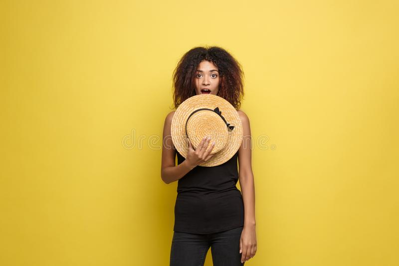 Loppbegrepp - ung härlig attraktiv glad afrikansk amerikankvinna för nära övre stående med den moderiktiga hatten som ler och royaltyfri bild
